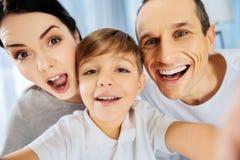 Schließen Sie oben von der lustigen netten Familie, die selfie nimmt Lizenzfreie Stockbilder