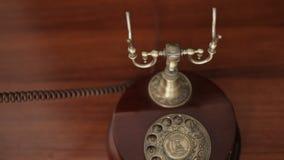 Schließen Sie oben von der männlichen Hand, die den Empfänger eines Retro- Telefons der Weinlese aufhebt und das Telefon beantwor stock video footage
