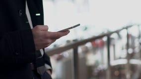 Schließen Sie oben von der männlichen Hand, die draußen den Schirm von Smartphone, Zeitlupe in einer Liste verzeichnet stock video footage