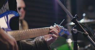 Schließen Sie oben von der männlichen Hand, die E-Gitarre spielt stock video footage