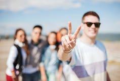 Schließen Sie oben von der männlichen Hand, die Vzeichen mit den Fingern zeigt Stockfotos