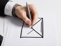 Schließen Sie oben von der männlichen Hand mit Federzeichnungsdiagramm Lizenzfreies Stockbild