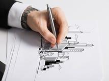 Schließen Sie oben von der männlichen Hand mit Federzeichnungsdiagramm Stockbild