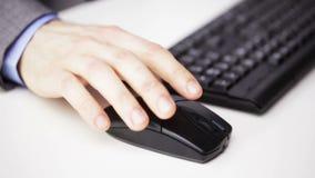 Schließen Sie oben von der männlichen Hand mit Tastatur und Maus stock footage
