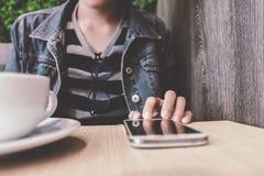 Schließen Sie oben von der Mannhand, die das Berühren des Handys mit leerem Kopienraum für Ihre Textnachricht im Café hält stockfoto