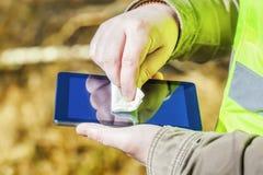 Schließen Sie oben von der Mannhand mit Abwischen auf Tablet-PC Lizenzfreie Stockbilder