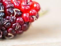 Schließen Sie oben von der Maulbeere auf hölzernem Hintergrund Maulbeere dieses eine Frucht und kann gegessen werden Maulbeere is Stockbild