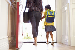 Schließen Sie oben von der Mutter und von Tochter, die für Schule verlassen stockbild