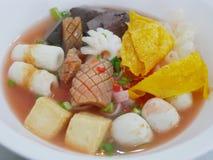 Schließen Sie oben von der Nudel in der rosa Suppe Yentafo stockbild