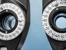 Schließen Sie oben von der optischen Ausrüstung im Büro des Augenarztes Lizenzfreie Stockbilder