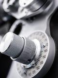 Schließen Sie oben von der optischen Ausrüstung im Büro des Augenarztes Lizenzfreies Stockfoto