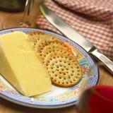Schließen Sie oben von der Platte des Käses und der Biskuite Lizenzfreie Stockfotografie