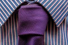 Schließen Sie oben von der purpurroten Krawatte und vom modernen Hemd stockfoto