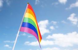 Schließen Sie oben von der Regenbogenflagge des homosexuellen Stolzes über blauem Himmel Lizenzfreie Stockbilder