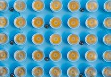 Schließen Sie oben von der Reihe LED-Scheinwerfern auf blauer Platte Stockfotografie