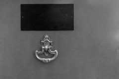Schließen Sie oben von der roten Tür mit goldenem Klopfer lizenzfreies stockbild