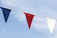Schließen Sie oben von der roten weißen und blauen dreieckigen Flagge Stockfotografie
