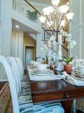 Schließen Sie oben von der runden Tabelle mit Gläsern und Tischbesteck Lizenzfreie Stockbilder