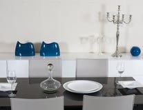 Schließen Sie oben von der runden Tabelle mit Gläsern und Tischbesteck Stockbild