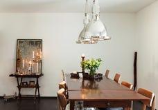 Schließen Sie oben von der runden Tabelle mit Gläsern und Tischbesteck Lizenzfreie Stockfotografie