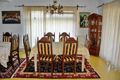 Schließen Sie oben von der runden Tabelle mit Gläsern und Tischbesteck Stockbilder