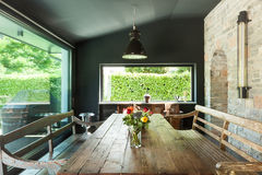 Schließen Sie oben von der runden Tabelle mit Gläsern und Tischbesteck Rustikale Möbel Lizenzfreie Stockbilder