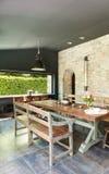 Schließen Sie oben von der runden Tabelle mit Gläsern und Tischbesteck Rustikale Möbel Stockfotografie