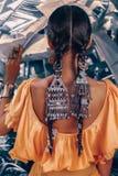 Schließen Sie oben von der schönen jungen modernen Frau mit stilvollen boho Zusätzen, die auf natürlichem tropischem Hintergrund  stockbild