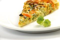 Schließen Sie oben von der Scheibe der Gemüsetorte auf einem weißen Teller Stockfotos