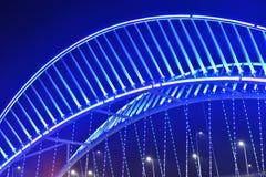 Schließen Sie oben von der schiefen Brücke, die durch LED-Lichter belichtet wird Stockbilder