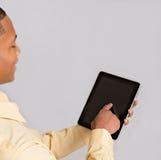 Schließen Sie oben von der schwarzer Mann-Hand, die auf Tablette PC zeigt lizenzfreie stockfotos