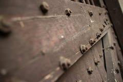 Schließen Sie oben von der schweren Holztür eines Tempels in Asien verzierte mit b Lizenzfreie Stockfotografie