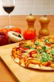 Schließen Sie oben von der selbst gemachten Pizza Lizenzfreie Stockfotografie