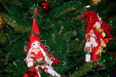 Schließen Sie oben von der selbst gemachten roten und weißen Elfe von Stoff-Dekorationen an Stockfotos