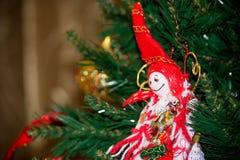 Schließen Sie oben von der selbst gemachten roten und weißen Elfe von Stoff-Dekorationen an Lizenzfreie Stockbilder