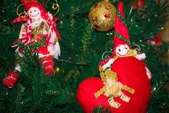 Schließen Sie oben von der selbst gemachten roten und weißen Elfe von Stoff-Dekorationen an Lizenzfreie Stockfotografie