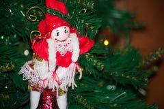 Schließen Sie oben von der selbst gemachten roten und weißen Elfe von Stoff-Dekorationen an Stockfoto