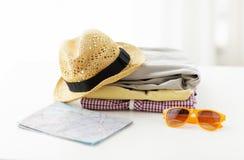 Schließen Sie oben von der Sommerkleidung und von der Reisekarte auf Tabelle Stockbild