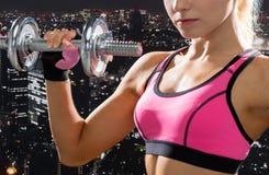 Schließen Sie oben von der sportlichen Frau mit schwerem Stahldummkopf Stockfotos