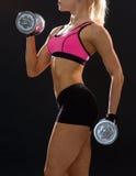Schließen Sie oben von der sportlichen Frau mit schwerem Stahldummkopf Stockfotografie