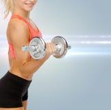 Schließen Sie oben von der sportlichen Frau mit schwerem Stahldummkopf Lizenzfreie Stockbilder