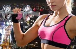 Schließen Sie oben von der sportlichen Frau mit schwerem Stahldummkopf Lizenzfreie Stockfotos