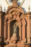 Schließen Sie oben von der Statue der katholischen Kirche im Dorf von Süd-Spanien weg von der Landstraße A49 westlich von Sevilla lizenzfreies stockfoto