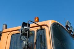 Schließen Sie oben von der Straßenservice-Autokabine mit Blitzgeber Lizenzfreie Stockbilder
