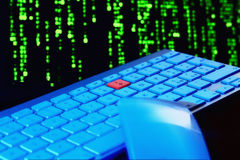 Schließen Sie oben von der Tastatur, Blaulicht Rote Taste Selektiver Fokus Stockfoto