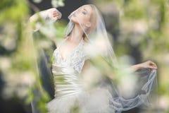 Schließen Sie oben von der träumerischen schönen blonden Braut Lizenzfreies Stockfoto