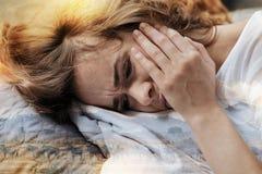 Schließen Sie oben von der Umkippenfrau, die, Kopfschmerzen habend Stockbilder