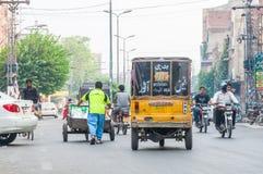 Schließen Sie oben von der Verkehrsszene von Lahore, Pakistan Lizenzfreie Stockfotografie