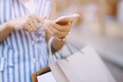 Schließen Sie oben von der vielen Holdinghand der jungen Frau der Verbraucherschutzbewegung Einkaufstasche lizenzfreies stockfoto
