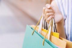 Schließen Sie oben von der vielen Holdinghand der jungen Frau der Verbraucherschutzbewegung Einkaufstasche in Mode lizenzfreie stockfotos
